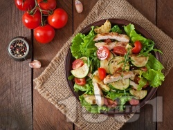 Свежа зелена салата с пилешко филе на тиган, тиквички, маруля и рукола - снимка на рецептата